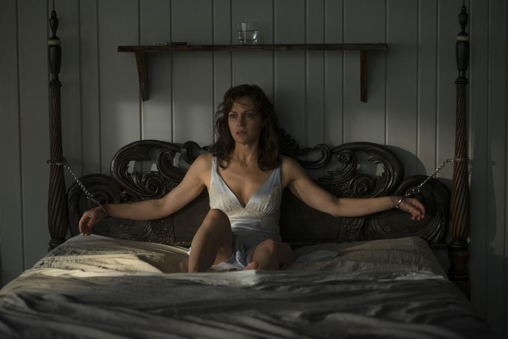 осознания романтики к кровати наручниками девочки